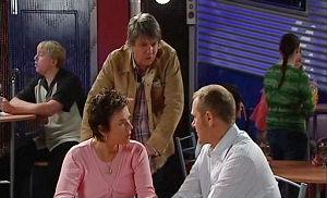 Joe Mangel, Lyn Scully, Max Hoyland in Neighbours Episode 4816