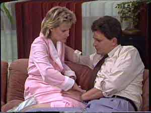 Daphne Clarke, Des Clarke in Neighbours Episode 0427