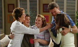 Alex Kinski, Zeke Kinski, Bree Timmins, Susan Kennedy, Rachel Kinski in Neighbours Episode 4819