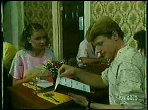 Julie Robinson, Greg Arnold in Neighbours Episode 0037