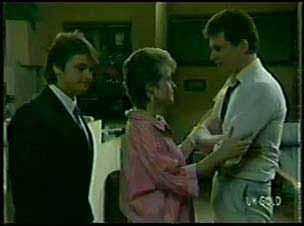 Shane Ramsay, Daphne Clarke, Des Clarke in Neighbours Episode 0080