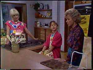 Rosemary Daniels, Lucy Robinson, Helen Daniels in Neighbours Episode 0431