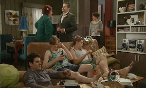 Rosie Cammeniti, Toadie Rebecchi, Angie Rebecchi, Dan Fitzgerald, Kevin Rebecchi, Frazer Yeats in Neighbours Episode 5400