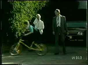 Bernie Sutton, Helen Daniels, Bob Sutton in Neighbours Episode 0091