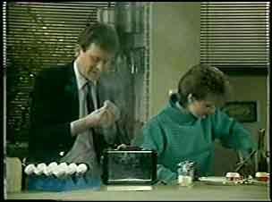 Des Clarke, Daphne Clarke in Neighbours Episode 0121