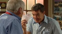 Lou Carpenter, Paul Robinson in Neighbours Episode 5250