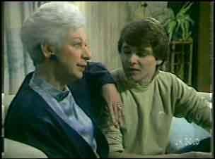Bess Robinson, Scott Robinson in Neighbours Episode 0135
