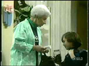 Bess Robinson, Lucy Robinson in Neighbours Episode 0136