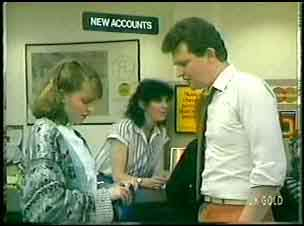 Julie Robinson, Des Clarke in Neighbours Episode 0148