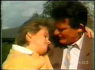 Daphne Clarke, Des Clarke in Neighbours Episode 0165