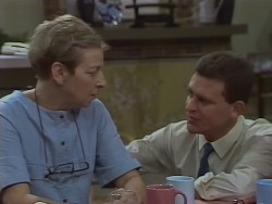 Eileen Clarke, Des Clarke in Neighbours Episode 0668