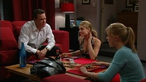 Paul Robinson, Izzy Hoyland, Elle Robinson in Neighbours Episode 4833