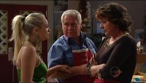Sky Mangel, Lou Carpenter, Mishka Schneiderova in Neighbours Episode 4984