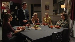 Gail Robinson, Paul Robinson, Izzy Hoyland, Elle Robinson, Robert Robinson in Neighbours Episode 4992