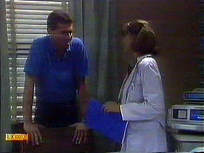 Des Clarke, Beverly Marshall in Neighbours Episode 0686