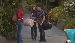 Cassandra Freedman, Tegan Freedman, Simon Freedman in Neighbours Episode 5660