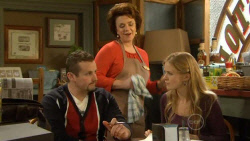 Toadie Rebecchi, Lyn Scully, Elle Robinson in Neighbours Episode 5799