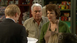 Kevin Saunders, Lou Carpenter, Lyn Scully in Neighbours Episode 5806