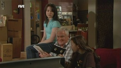 Kate Ramsay, Lou Carpenter, Sophie Ramsay in Neighbours Episode 5838