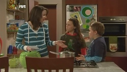 Kate Ramsay, Sophie Ramsay, Callum Jones in Neighbours Episode 5841