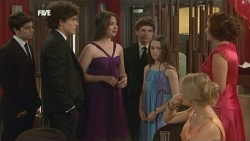 Zeke Kinski, Harry Ramsay, Kate Ramsay, Declan Napier, Sophie Ramsay, Donna Freedman, Rebecca Napier in Neighbours Episode 5866