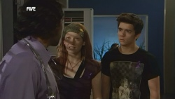 Doug Harris, Mia Zannis, Zeke Kinski in Neighbours Episode 5877