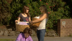 Summer Hoyland, Lyn Scully, Steph Scully in Neighbours Episode 5884