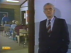 Mike Young, Jessie Ross, Nick Page, Sharon Davies, Kenneth Muir in Neighbours Episode 0839