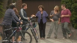 Chris Pappas, Summer Hoyland, Lucas Fitzgerald, Lyn Scully, Steph Scully, Toadie Rebecchi in Neighbours Episode 5964