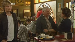 Andrew Robinson, Lou Carpenter, Lyn Scully in Neighbours Episode 5980