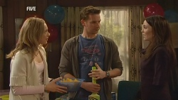 Sonya Mitchell, Lucas Fitzgerald, Libby Kennedy in Neighbours Episode 5989
