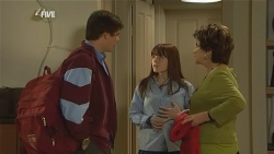 Chris Pappas, Summer Hoyland, Lyn Scully in Neighbours Episode 5967