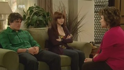 Chris Pappas, Summer Hoyland, Lyn Scully in Neighbours Episode 5995