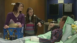 Kate Ramsay, Sophie Ramsay, Paul Robinson in Neighbours Episode 6020
