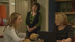 Sonya Mitchell, Lyn Scully, Steph Scully in Neighbours Episode 6031