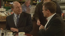Edmund Gwenn, Lou Carpenter, Paul Robinson in Neighbours Episode 6059