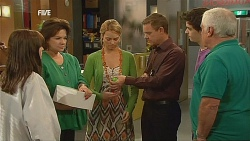 Summer Hoyland, Lyn Scully, Donna Freedman, Paul Robinson, Zeke Kinski, Lou Carpenter in Neighbours Episode 6072
