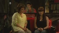 Lyn Scully, Zeke Kinski, Summer Hoyland in Neighbours Episode 6101