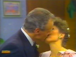 Jim Robinson, Beverly Marshall in Neighbours Episode 0661