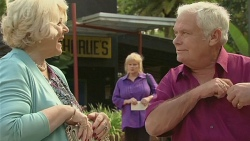 Vera Munro, Sheila Canning, Lou Carpenter in Neighbours Episode 6399