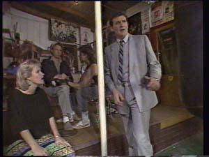 Daphne Clarke, Des Clarke in Neighbours Episode 0400