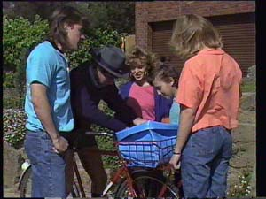 Mike Young, Charlene Mitchell, Lucy Robinson, Jane Harris in Neighbours Episode 0401