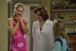 Steph Scully, Lyn Scully, Felicity Scully in Neighbours Episode 3952