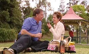 Alex Kinski, Susan Kennedy in Neighbours Episode 4800