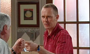 Lou Carpenter, Max Hoyland in Neighbours Episode 4800
