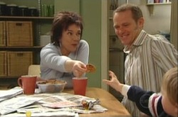 Lyn Scully, Max Hoyland, Oscar Scully in Neighbours Episode 4907