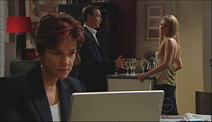 Izzy Hoyland, Paul Robinson, Lyn Scully in Neighbours Episode 4962