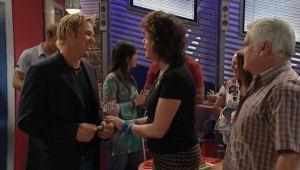 Shane Warne, Mishka Schneiderova, Lou Carpenter in Neighbours Episode 5005