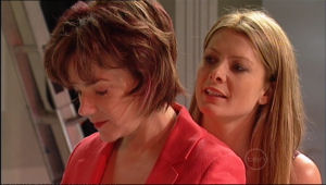 Lyn Scully, Izzy Hoyland in Neighbours Episode 5011