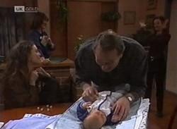 Gaby Willis, Pam Willis, Doug Willis, Baby Zac, Cody Willis in Neighbours Episode 2205